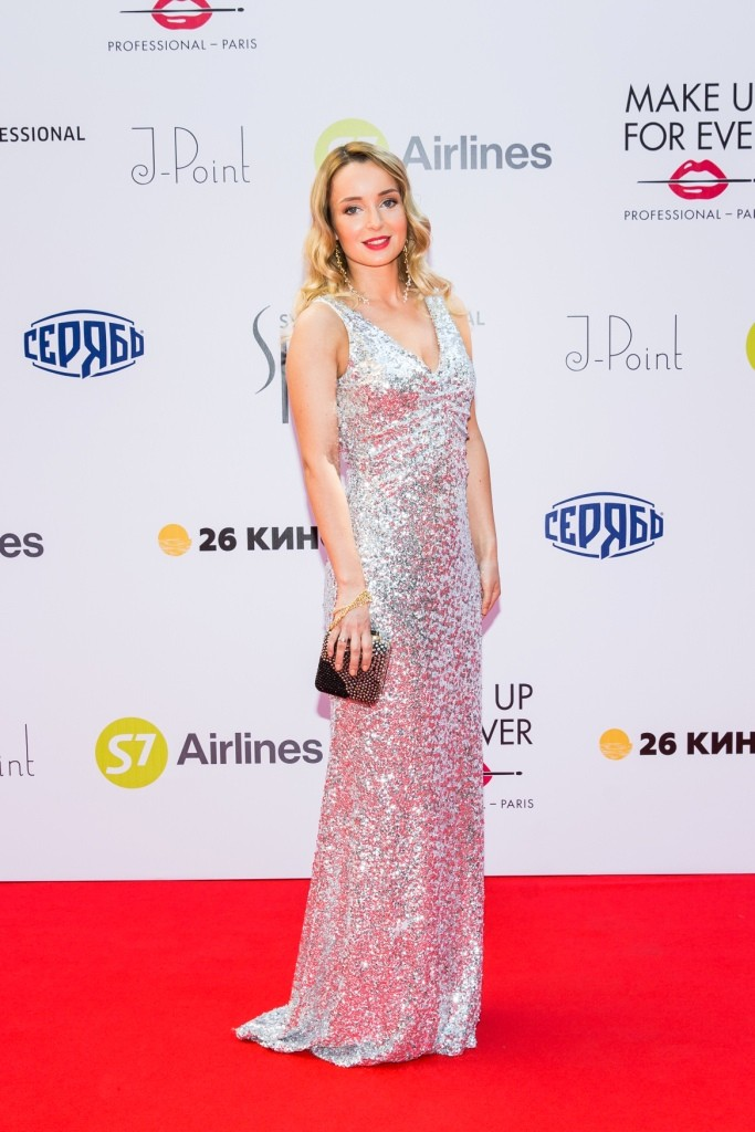actress Polya Polyakova wearing Pinko FW15 clutch